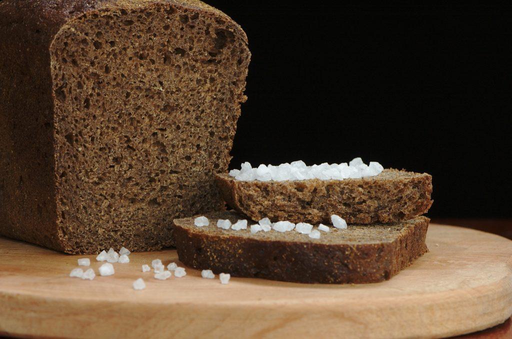 Allesschneider Brot schneiden